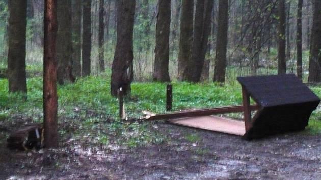 Mladí vandalové v Uhelné zdemolovali odpočívadlo pro cyklisty.