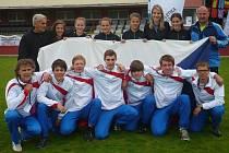 Atletky šumperského gymnázia spolu s chlapci z Opavy. Stojící vlevo je trenér Květoslav Vykydal, stojící vpravo Petr Opekar.