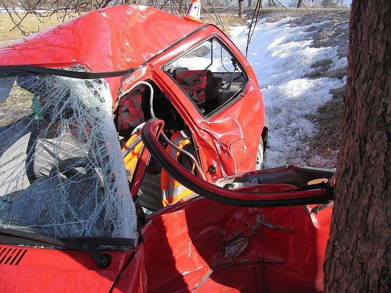 Zničená kia po nárazu do stromu nedaleko Králce u Šumperku