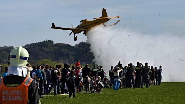 Výcvik hasičů s leteckou hasičskou službou na letišti v Šumperku.