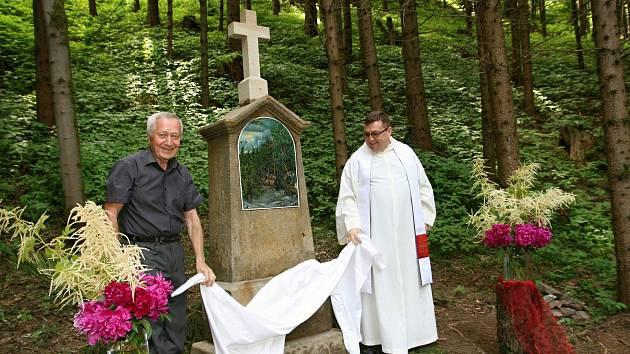 Dávnou tragédii mezi Svébohovem a Jedlím připomíná obnovený památník.