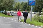 Za parkování u Géniova pramene na lázeňském kopci v Jeseníku lidé nově platí.