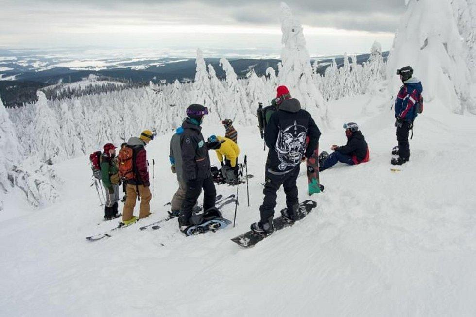 Snowboardisté ve vrcholových partiích Jeseníků.