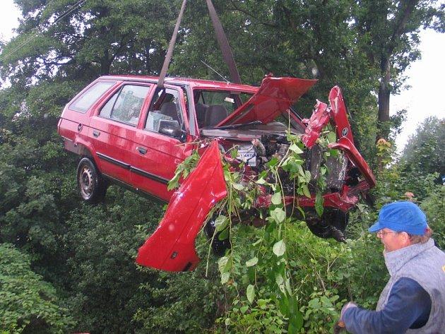 Hasiči museli vyprostit havarovaný vůz pomocí jeřábu.