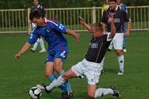 Přerovští fotbalisté (v modrém) doma prohráli 0:1 s Oskavou