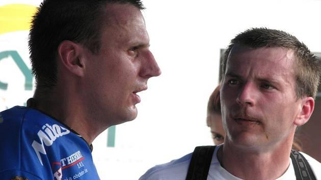 Václav a Marek Rozehnalovi v depu po první finálové jízdě.