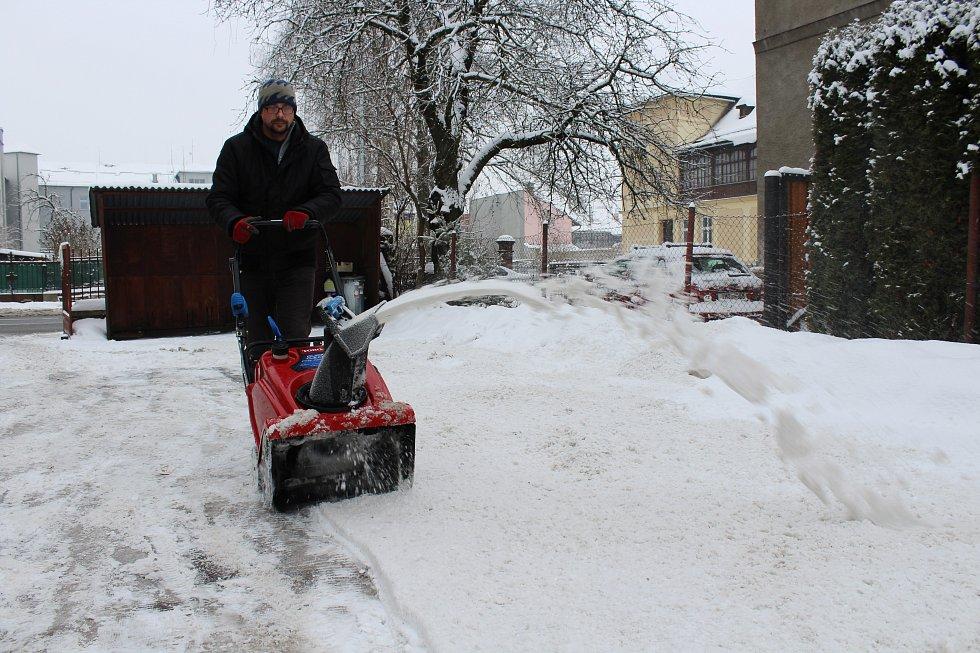 Nově napadaný sníh znepříjemnil v úterý 1. února život obyvatelům Šumperku.