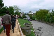 Příjezdová rampa k zámku v Úsově je z části zavřená. Návštěvníci chodí po nově vybudovaném dřevěném chodníku. Rampu čekají geologické vrty