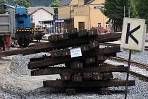 Použité pražce ve stanici Jeseník ve čtvrtek 2. června. Dřevěné hranoly plné jedů představují pro řadu lidí lukrativní stavební materiál.