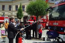 Jeseničtí dobrovolní hasiči si od svých profesionálních kolegů převzali do výbavy cisternu. Vůz pokřtil starosta města Adam Kalous.