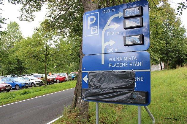Za parkování u Géniova pramene na lázeňském kopci v Jeseníku lidé nově platí