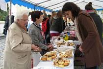 Devatenáct druhů koláčů dodali dobrovolníci z řad jednotlivců i kolektivů na akci Pečeme koláče pro Lukáška, kterou pořádala Charita Zábřeh.