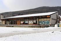 Na začátku 90. let bylo nákupní středisko zvané Áčko mezi lidmi populární prodejnou. Po jeho uzavření se však stalo skladištěm haraburdí, negativně se na jeho stavu podepsali také vandalové. Nyní jej čeká demolice.