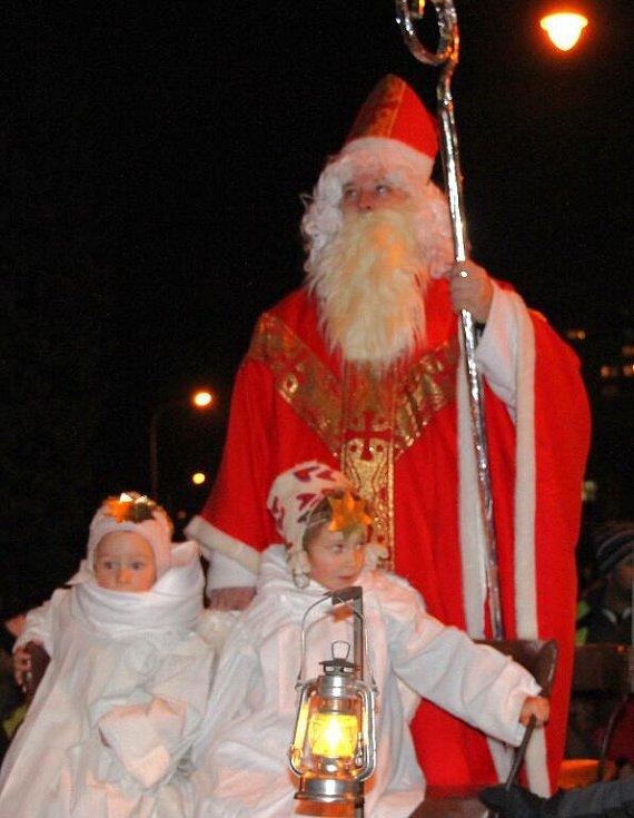 Mikuláš doprovázený anděly projel v pondělí 5. prosince vpodvečer centrem Šumperku. Na bryčce ho za doprovodu hudby táhli městem statní čerti.