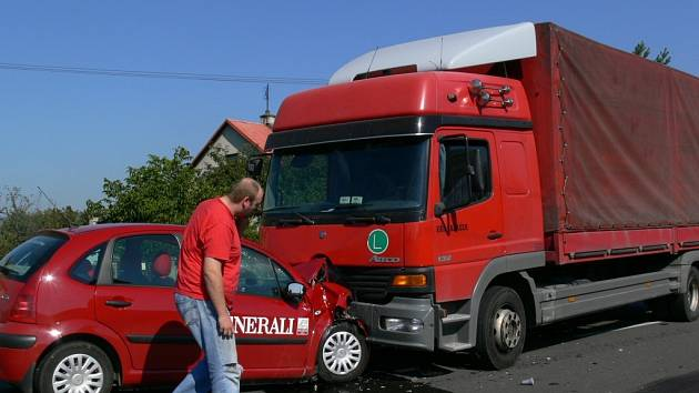 Řidič vjel do protisměru, kde se čelně střetl s kamionem.