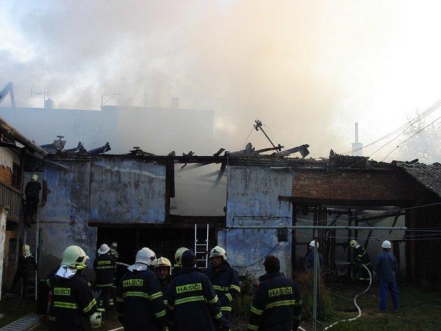 Při požáru stodoly v Lošticích zasahovalo osm  hasičských jednotek, škoda se přesto vyšplhala na statisíce korun. Jeden muž  utrpěl popáleniny.