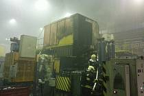Desítky hasičů zasahovaly v úterý 24. února brzy ráno ve slévárně v Mohelnici, kde začal hořet jeden ze strojů.