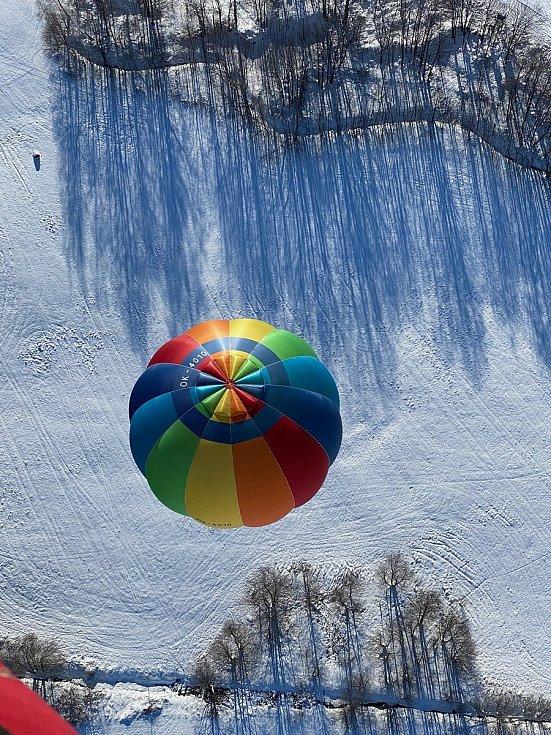 Šestice balonů pokořila Praděd. Vychutnejte si zasněžené Jeseníky z ptačí perspektivy