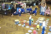 S vlastnoručně vyrobenými figurkami si děti hru v tak trošku jiném Člověče nezlob se! opět užily.