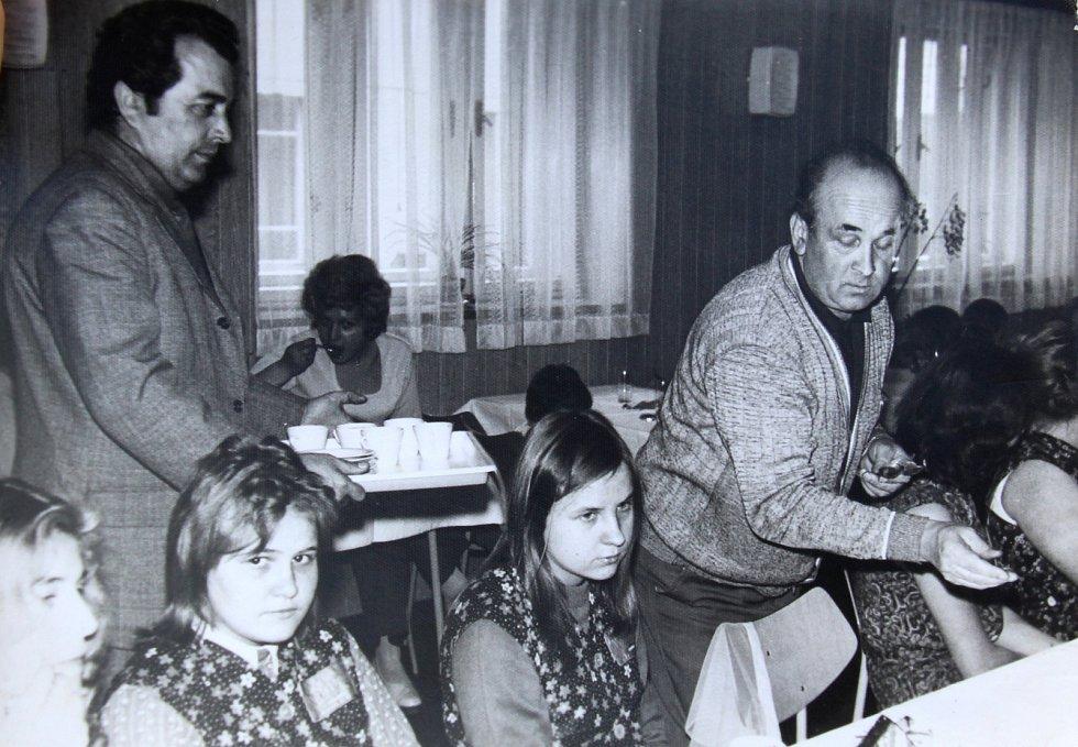 MDŽ. Učnice šumperského závodu Hedva vpolovině 70. let při Mezinárodním dni žen. Jako dárek od podniku dostaly kávu, zákusky, bonboniéru, ale i ručníky či osušky.