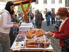 Festival jídla Sousedská žranice přilákal v sobotu do centra Šumperku stovky lidí. Pořadatelé ho tentokrát zaměřili hlavně na grilování, k dostání byly ale i další produkty od malých výrobců.