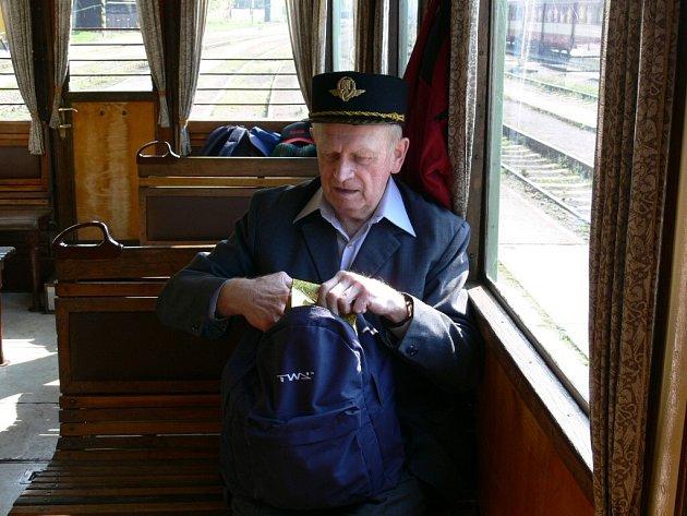Osmdesátiletý Jaroslav Březina si k narozeninám vychutnal jízdu historickým strojem.