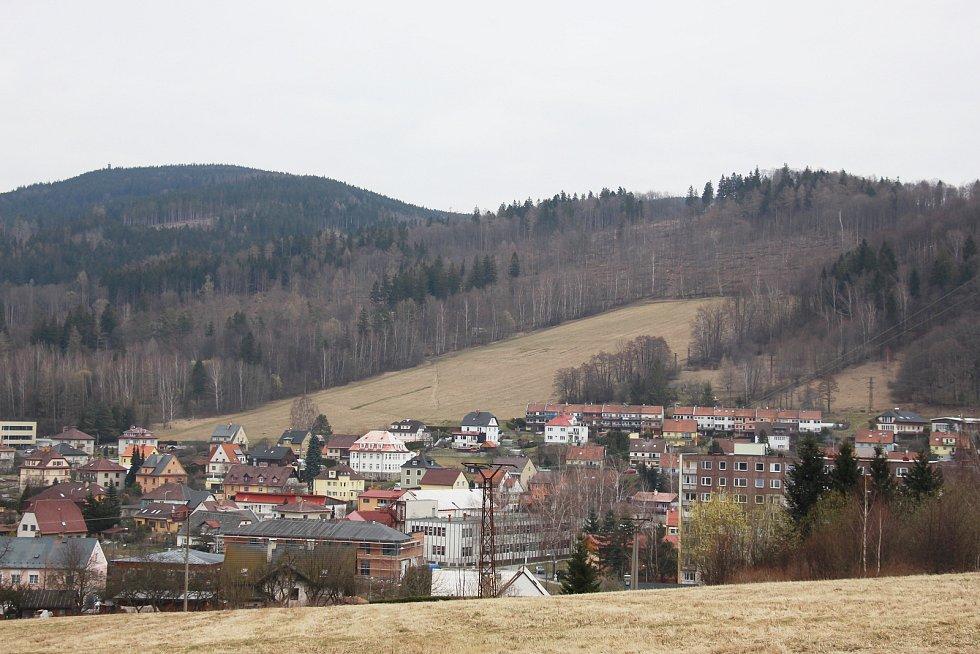 Následky kůrovcové kalamity - pohled z Jeseníku směr Křížový vrch (vpravo) a Zlatý Chlum.