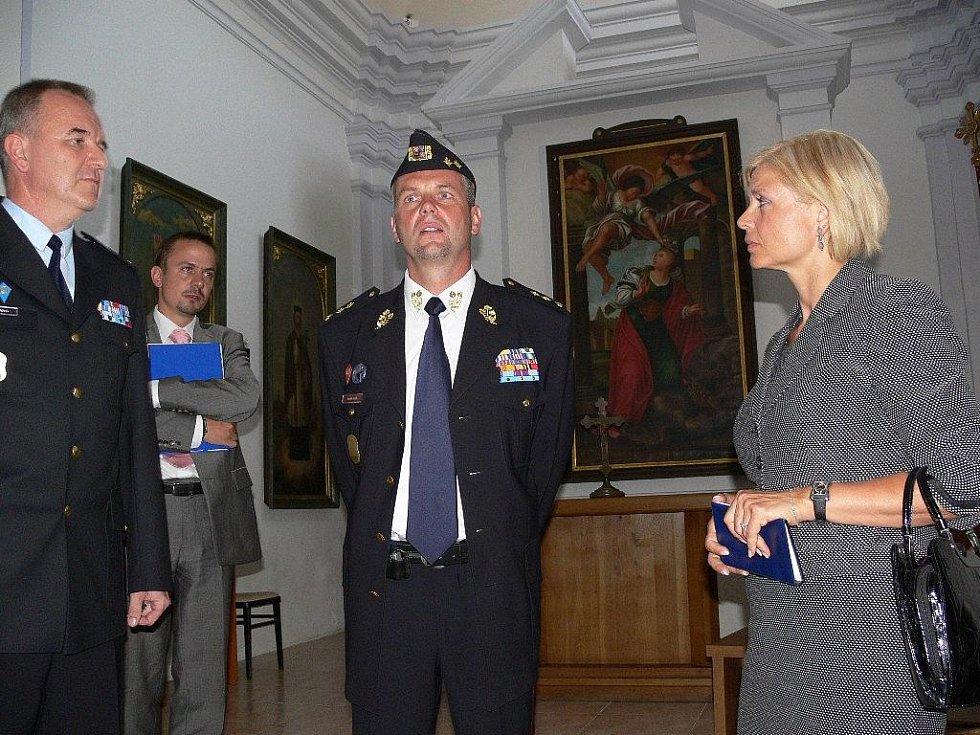 Ministryně spravedlnosti Daniela Kovářová ve vězeňské kapli, uprostřed je šéf Vězeňské služby Luděk Kula, vlevo ředitel mírovské věznice Vladimír Lang