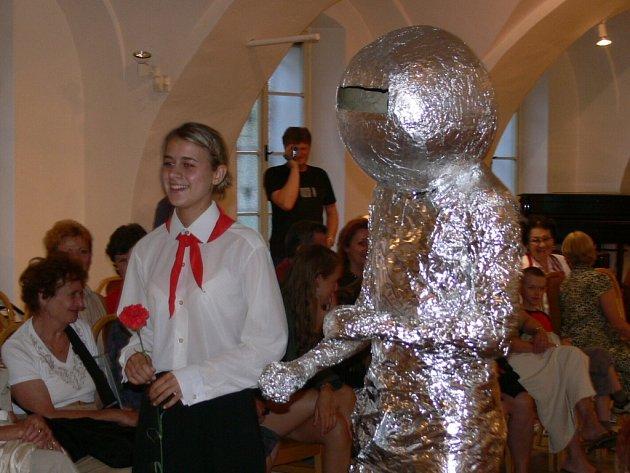Na módní přehlídce ze šedesátých let se představily i pionýrky, které uvítaly Jurije Gagarina.