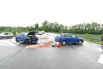 Dopravní nehoda na křižovatce u obchvatu Postřelmova.