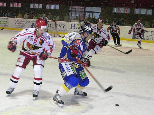Autor prvního šumperského gólu Dušan Bařica si kryje puk před soupeřem ve středečním utkání v Prostějově.