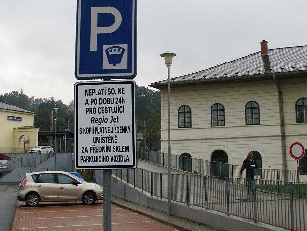 Zákazníci soukromého dopravce RegioJet mohou od tohoto měsíce parkovat před nádražím v Zábřehu zdarma. Společnost si od města pronajala pětadvacet parkovacích míst a stání zdarma nabízí svým klientům jako bonus k jízdence.