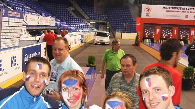 Hana Wiedermannová (druhá zleva) na snímku ze Steel Areny v Košicích, kde se mistrovství světa konalo.