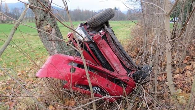 Lehké zranění řidiče peugeotu si vyžádala srážka s protijedoucí hondou mezi Štíty a Bukovicemi, po níž obě auta skončila v příkopu. Honda se zastavila až o vzrostlý strom.
