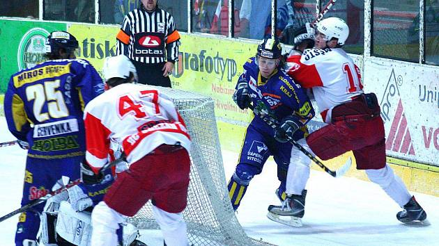 Petr Chalupa (zády s číslem 47) v prvním čtvrtfinále na ledě Šumperku