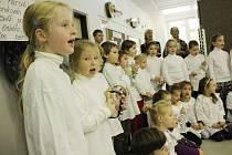 Školáci ze ZŠ Sluneční v Šumperku nacvičují na akci Česko zpívá koledy.