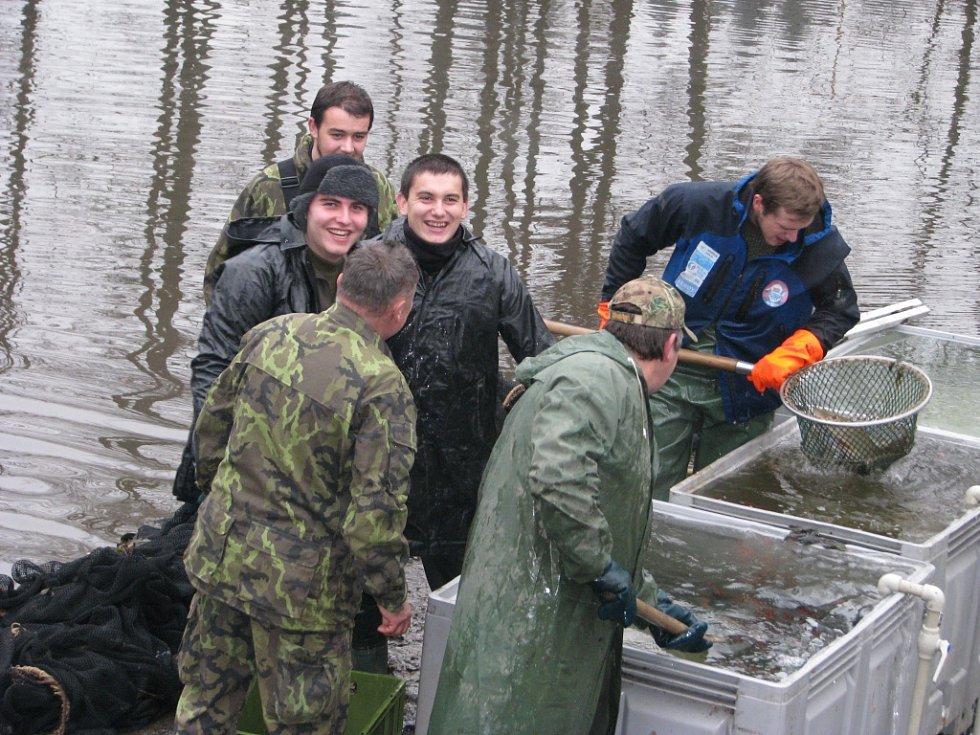 Výlov rybníku pod zámkem v Loučné nad Desnou.
