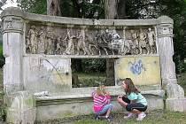 Ze zastrčeného koutu za Katastrálním úřadem v Jeseníku se téměř zapomenutá kamenná lavice přesune do odborné péče restaurátorů v Praze. Město chce dílo, které poškodili vandalové, vrátit její původní podobu