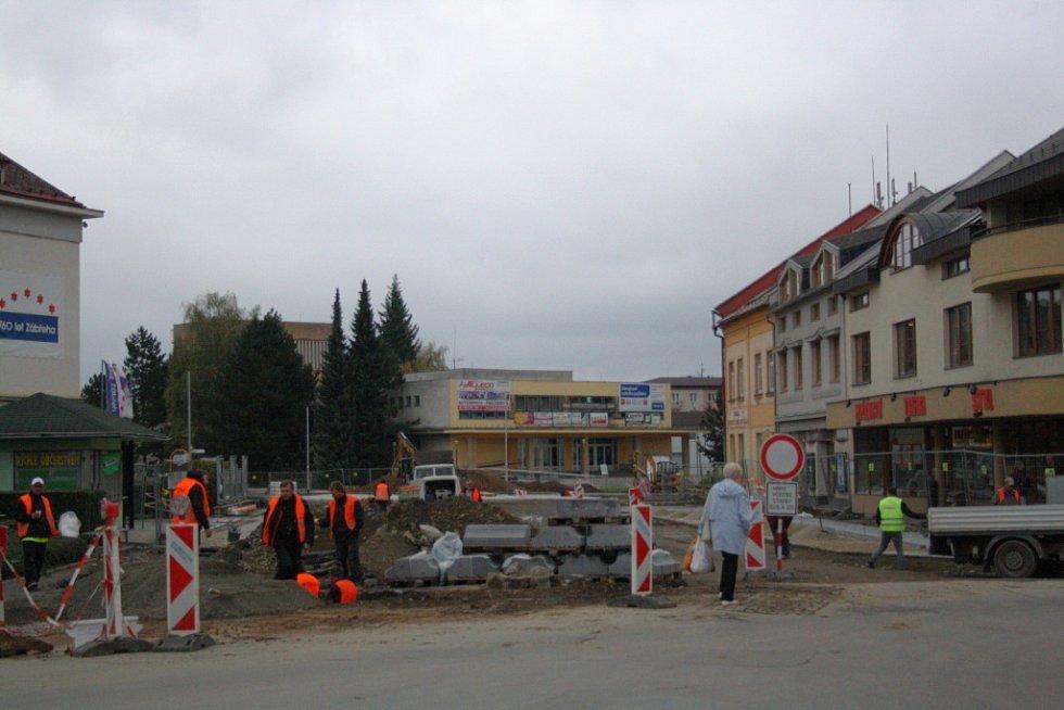 Stavba rondelu v Zábřehu má zpoždění, hotovo bude za dva týdny  MICHAL KRESTÝN Zábřeh – Stavba kruhového objezdu na křižovatce ulic Postřelmovské, ČSA a náměstí Osvobození v Zábřehu se protáhne. Řidiči mířící do centra města tak budou muset jezdit ještě n