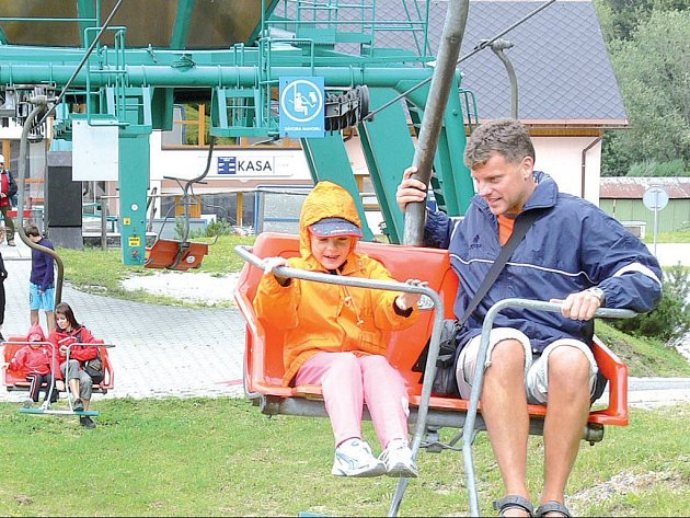Vrchol Šeráku, kam vede sedačková lanovka, je oblíbeným výletním místem. Po jízdě se turisté mohou občerstvit v Chatě Jiřího.