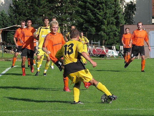 Hráči Losin (oranžové dresy) během pohárového utkání s Hlučínem