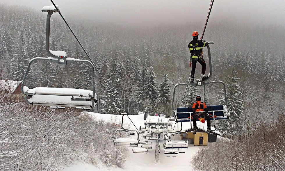 Šumperští profesionální hasiči cvičili záchranu z lanovky ve Ski areálu Přemyslov. Leden 2021