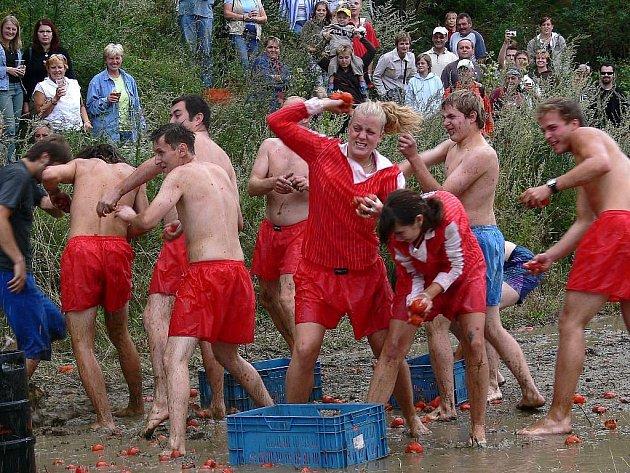 Rajčatová bitva na dva roky starém snímku z pivních slavností v Sobotíně