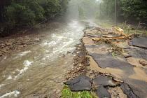 Snímek z loňských povodní na Jesenicku, konkrétně z Vlčic-Vojtovic