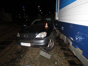 Nehoda auta a vlaku na železničním přejezdu v Lidické ulici v Šumperku