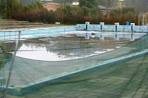 Venkovní bazén v Zábřehu zůstavá zavřený už šestým rokem. Na chátrající koupaliště je z opraveného krytého bazénu smutný pohled.