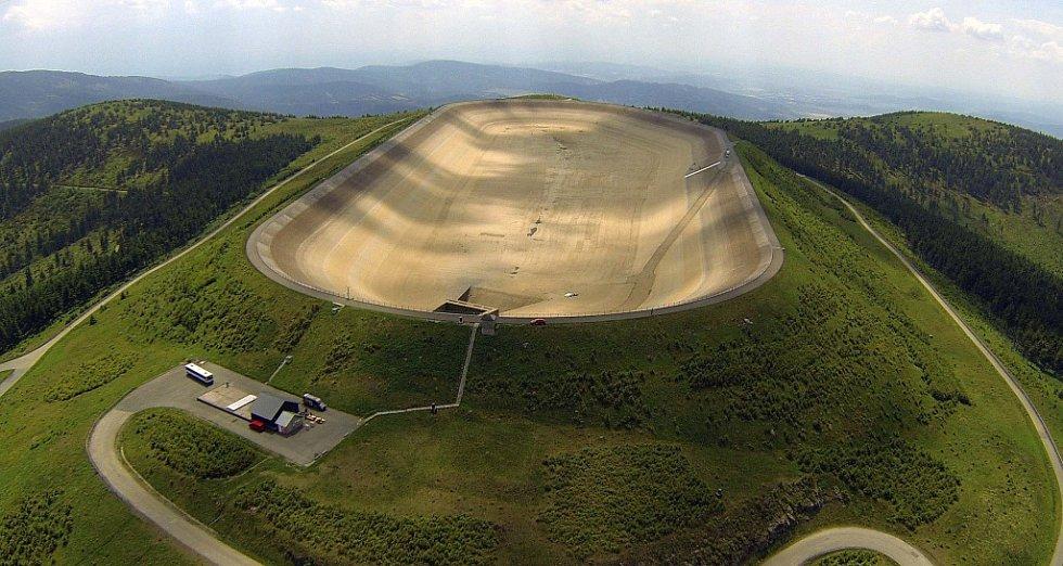 Vypuštěná horní nádrž přečerpávací vodní elektrárny Dlouhé Stráně.