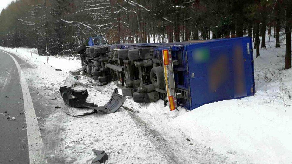Při nehodě, která se stala ve středu 18. ledna kolem sedmé hodiny ráno na hlavním tahu z Mohelnice na Hradec Králové u Borušova, se střetla dodávka s nákladním autem.