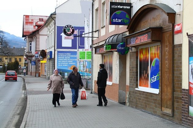 Ulice Lipovská patří v Jeseníku k místům, kudy chodí nejvíce lidí. V blízkosti knihovny zde městská vyhláška povoluje hned dvě herny.