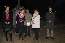 Pietní akt s rodinami Regenhartů a Raymannů na hřbitově v Jeseníku.